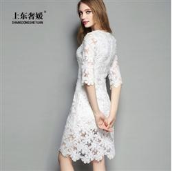 Đầm ren trắng họa tiết hoa